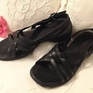"""""""LIKE NEW"""" MERRELL BLACK LEATHER SANDALS SIZE 7"""